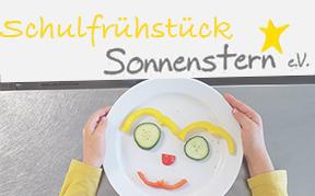 Kinderhand mit lustigem Gemüse-Gesicht auf dem Frühstücksteller