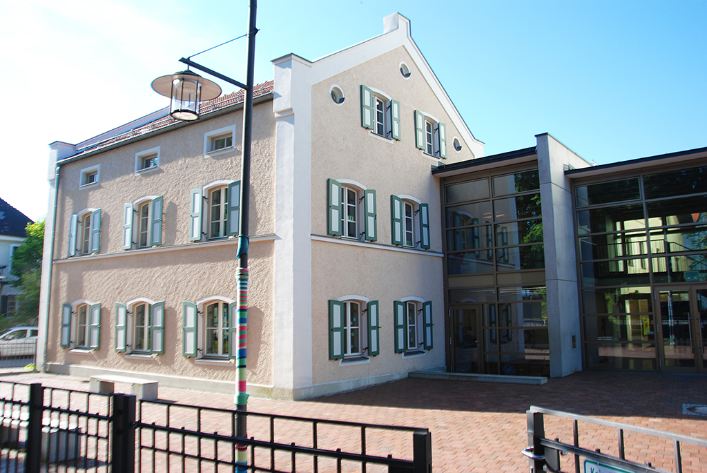 Historischer Bau Harrerhaus mit modernem Glasanbau