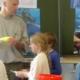 Künstler und Kinder beim Projekt Leben in den Ozeanen