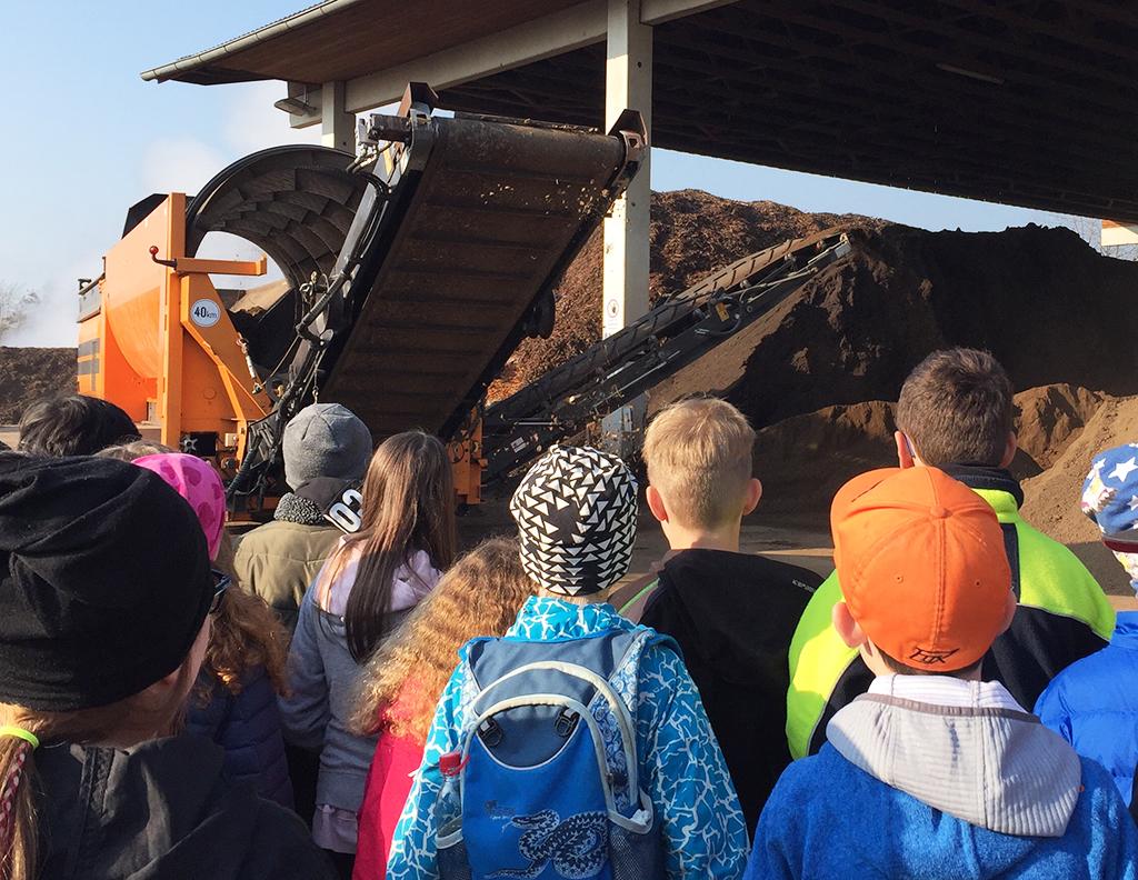 Schulkinder beobachten die Müllverarbeitung in der Müllverbrennungsanlage