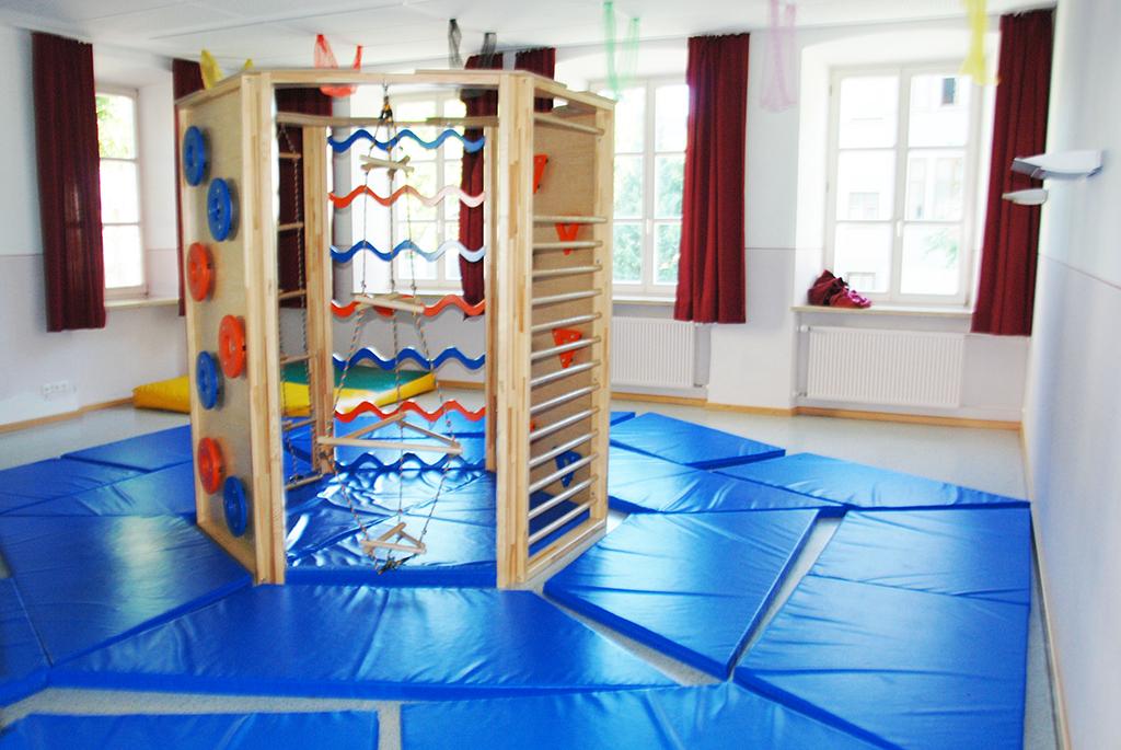 Toberaum mit Matten und Kletterturm in Mangfallschule Kolbermoor