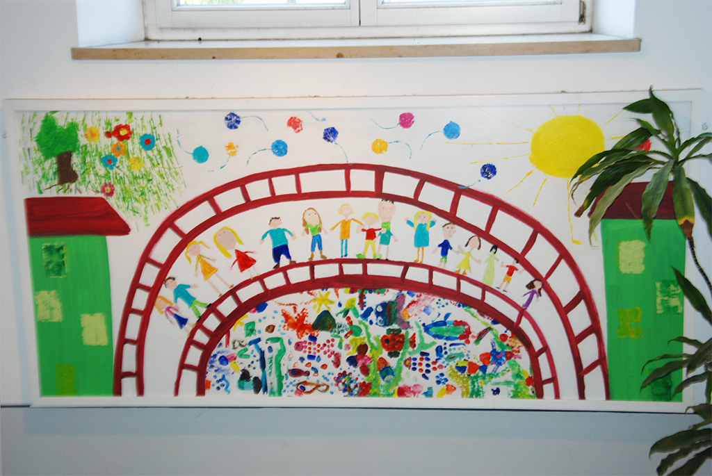 "Buntes Kinder-Wandbild in der Mangfallschule ""Wir bauen Brücken ins Leben"